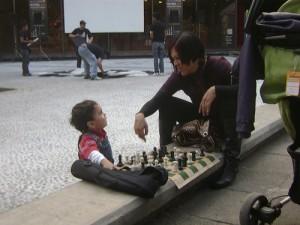Cómo enseñar a jugar al ajedrez a los niños